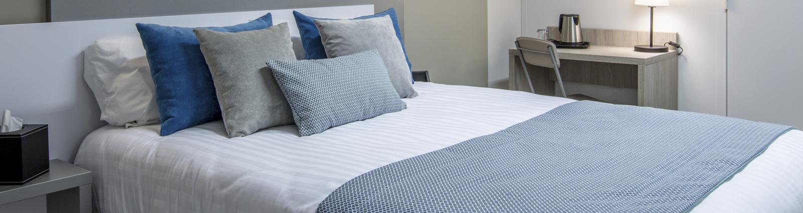 Cache-sommiers, chemins de lits, coussins ou encore couvre-lits, sont aujourd'hui devenus des éléments quasi indispensables pour soigner la décoration de vos chambres d'hôtel. Habillez et sublimez vos lits avec le textile de décoration. Des collections complètes coordonnées d'habillage de lit vous sont proposées mais vous pouvez également mixer différents éléments de plusieurs gammes, à vous de voir selon la décoration de vos chambres et les ambiances que vous souhaitez créer.