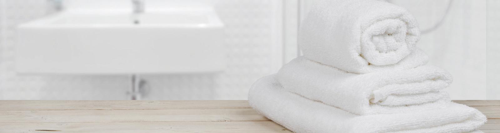 Retrouvez un large choix de linge de toilette éponge de qualité professionnelle pour votre hôtel ou votre SPA : carrés invités, serviettes, draps de bain, tapis de bain et tapis de douche. HOTEL MEGASTORE équipe les salles de bain de vos chambres d'hôtel, SPA, centres de bien-être et sportif avec du linge éponge élégant, doux et très absorbant. De notre collection PALACE en passant par des collections simples ou double fils à notre collection NID D'ABEILLES, vous trouverez tous les types de grammages et liteaux désirés.
