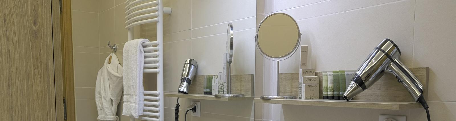 Equiper sa salle de bain passe aussi par l'installation de miroirs grossissants. Accessoire incontournable en hôtellerie, ce dernier vous permettra da satisfaire vos clients et de leur offrir une prestation de qualité.