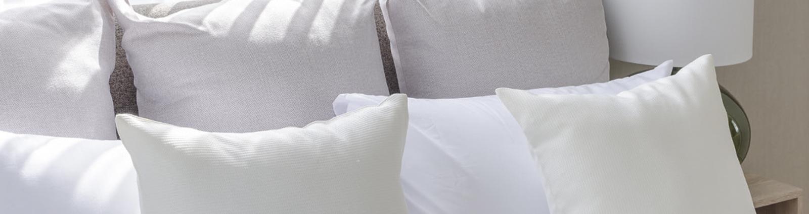 La 1ère impression de vos clients lorsqu'ils rentrent dans leur chambre d'hôtel se fait en regardant le lit : la hauteur du matelas, le gonflant de la couette, la qualité du linge de lit et bien évidemment les oreillers. Ces derniers doivent être ultra confortables et inviter au repos. Pour parfaire vos lits et assurer à vos clients un confort de sommeil absolu, choisissez des oreillers haut de gamme de qualité hôtelière, spécialement conçus pour un usage intensif et offrant des conditions d'entretien et d'hygiène adaptées à l'hôtellerie.