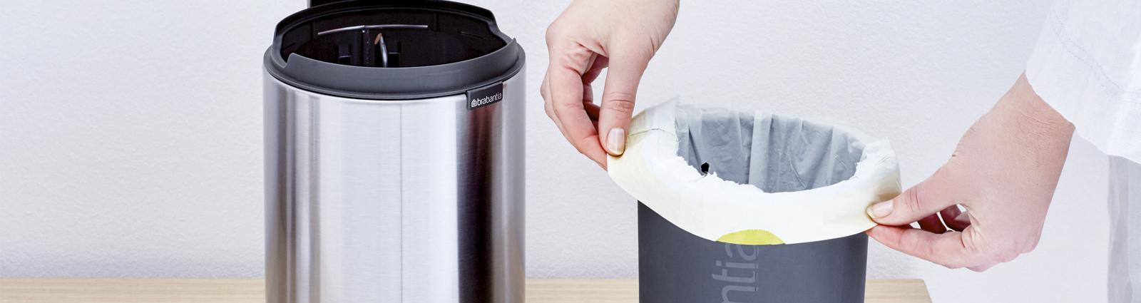 HOTEL MEGASTORE vous propose une large gamme de poubelles de salles de bains pour hôtels robustes et silencieuses. Trouvez la poubelle ou la corbeille de salle de bains qui vous convient en termes de dimension (3 litres, 5 litres, 6 litres), de matière (plastique, acier brillant, acier brossé, acier mat) ou encore de mécanisme. En effet, vous trouverez des poubelles à fermeture silencieuse, flip-flap ou des poubelles sans couvercle. Certaines de nos poubelles sont équipées d'un corps amovible pour faciliter les manipulations. Le sac poubelle est alors invisible. Nos poubelles WC Brabantia sont disponibles dans de nombreux coloris et peuvent être assorties aux porte-balais et porte-rouleaux en métal de la même collection. Elles sont garanties 10 ans et fabriquée en Europe. N'attendez- plus faites, le bon choix.