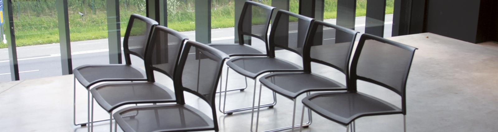 Vous souhaitez équiper un salle de Séminaire ou de conférence au sein de votre établissement, il vous faut du mobilier professionnel adéquat : découvrez notre offre de chaises empilables et de tables de séminaires. Nous vous proposons des tables de réception et de séminaires rondes, carrées, rectangulaires, toutes pliantes pour vous en faciliter le stockage, la manipulation et la mise en place afin de répondre aux différentes demandes et exigences des entreprises qui vous contactent. Au-delà de leur simplicité d'utilisation, les tables de réunion sont également robustes et proposent certaines options comme le réglage des pieds, l'utilisation en extérieur... Côté chaises de séminaires, vous aurez le choix entre des chaises avec assises en tissu pour une confort garanti, des chaises en polypropylène au design élégant pour une utilisation intérieure comme extérieure. Selon les modèles, les chaises peuvent se ranger pliées ou s'empiler. Les matériaux choisis pour la structure et l'assise sont des matériaux reconnus pour leur légèreté et leur résistance à une utilisation collective.