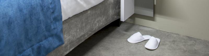 Dans la chambre d'hôtel, la salle de bain, la piscine ou encore au spa, glisser ses pieds dans des chaussons éponge et se sentir bien est un vrai plus.<br />Les chaussons et tongs jetables sont indispensables pour le confort et l'hygiène de vos clients. HOTEL MEGASTORE vous propose une large gamme de chaussons nid d'abeille, pantoufles éponge, mules et tongs en pour les hôtels, spas ou encore les résidences de tourisme, les gîtes et les chambres d'hôtes. La fabrication et les finitions de chacun de nos produits sont soignées. Choisissez entre les modèles à bout ouverts ou fermés, avec ou sans semelles antidérapantes, en éponge, velours ou tissé. Nous disposons d'une grande variété de formes, matières et grammage en fonction de vos besoins. Certains chaussons ou tongs pourront être utilisées à l'intérieur comme à l'extérieur (piscine) et bénéficient d'une longue durée de vie et d'un confort optimal.