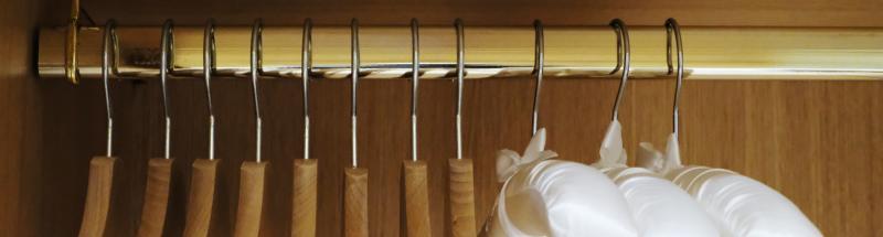 Munir les dressings de vos chambres d'hôtel d'un panel de cintres antivol, de cintres en bois, métal ou plastique et d'une table à repasser murale ou classique avec un fer à repasser permet d'offrir un confort supplémentaire et une réponse à certains des besoins de vos clients. Quelle que soit la durée du séjour de vos visiteurs, ceux-ci apprécient de pouvoir ranger parfaitement leurs vêtements.