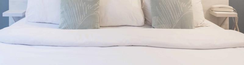 Lorsque l'on rentre dans une chambre d'hôtel, la première chose que l'on voit et que l'on évalue est la literie. Un linge de lit de grande qualité participera sans aucun doute à éblouir vos clients. Grâce aux collections de draps plats, draps housse, housses de couette et taies d'oreillers, vous réaliserez des lits d'hôtel parfaits. Côté matière, vous pourrez opter pour le pur coton, le polycoton blanc, reconnu pour la note de douceur qu'il confère au tissu ou encore pour le polycoton bandes satin qui apportera une touche d'élégance particulière. Les housses de couettes sont déclinées sous deux formes : les housses de couette forme bouteille, avec un goulot qui permet de bien border le lit au pied ainsi que les housses de couette forme sac avec passe-mains et une ouverture sur toute la longueur pour une utilisation facilitée.