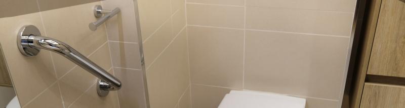 Avez-vous pensé à vérifier vos équipements de sécurité et confort dans vos salles de bains ? HOTEL MEGASTORE est là pour vous aider. Découvrez nos barres d'appui, tabourets et sièges de douche ainsi que nos informations écologiques et économiques pour vos chambres, salles de bains et sanitaires. La loi prévoit l'obligation d'aménager vos espaces salles de bains de manière à les rendre accessibles aux personnes handicapées. Vous découvrirez tous les principes d'implantation d'une salle de bain au norme PMR (Personne à Mobilité Réduite) avec les espaces lavabo, douche et toilette.