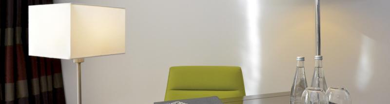 Les luminaires destinés à illuminer vos chambres d'hôtel (lampes, appliques tête de lit, abat-jour, ampoules LED) et parties communes sont non seulement indispensables mais sont également un objet de décoration à part entière. A eux seuls, ils ont le pouvoir de donner le ton et l'ambiance. Nous proposons de nombreux styles de luminaires de chambres d'hôtel, conçus dans des matières et coloris variés. Moderne, classique, élégant, vintage ou encore avec un style plus industriel; nos luminaires sont pratiques et s'adaptent à tous vos intérieurs.