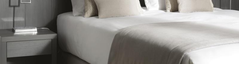 La qualité du matelas est le critère de choix numéro 1 pour les clients lors de l'évaluation de la qualité d'une chambre, d'autant plus avec les sites de réservation en ligne et d'avis clients. C'est pour cela qu'HOTEL MEGASTORE a sélectionné pour vous les plus grandes marques de literie haut de gamme : EPEDA, BULTEX, SIMMONS et MERINOS. Vous trouverez des matelas spécialement conçus pour l'hôtellerie avec un carénage intégral pour une assise confortable et renforcée et plus de légèreté pour faciliter la manipulation. Tous nos matelas sont garantis 5 ans. Aussi, afin d'optimiser les taux d'occupation de vos chambres, nous vous offrons la possibilité de transformer vos lits doubles en 2 lits single ou inversement grâce aux kits glissières ou velcro.