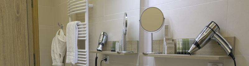 Equiper sa salle de bain d'hôtel passe aussi par l'installation d'un miroir grossissant mural lumineux. Accessoire incontournable en hôtellerie, ce dernier vous permettra de satisfaire vos clients et de leur offrir une prestation de qualité.