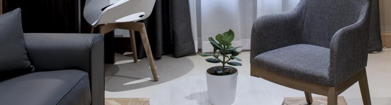 Le choix de votre mobilier de chambre d'hôtel est une décision délicate : chaises, canapés, fauteuils, bureaux, miroirs... L'objectif est de satisfaire pleinement une clientèle désireuse de se retrouver dans un cocon relaxant, calme et tout confort. Les clients s'attendent en effet à retrouver certains équipements hôteliers et prestations lors de leur séjour au sein de votre établissement. Le mobilier de chambre d'hôtel proposé par HOTEL MEGASTORE a été pensé et conçu pour les hôteliers et collectivités.