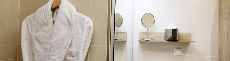Le choix des peignoirs dans un hôtel est souvent un dilemme compliqué : taille, matière, grammage, finition ? Autant de questions pour lesquelles un hôtelier a besoin d'être guidé. C'est pourquoi HOTEL MEGASTORE propose de vous aider dans l'achat de vos peignoirs blancs. Selon vos besoins, nous vous proposons quatre finitions différentes : peignoir nid d'abeille, peignoir velours, peignoir microfibre et peignoir éponge. Pour un meilleur confort et une absorption optimale, la majorité de nos peignoirs sont en 100 % pur coton, équipés de deux poches basses et d'une ceinture cousue sur toute la largeur du dos pour un meilleur maintien. Ils existent uniquement en coloris blanc pour un entretien plus facile et rapide. Nous vous proposons également deux types de cols : le peignoir à col kimono, il a l'avantage de prendre peu de place et de sécher plus vite, et le peignoir à col châle, qui est un col renversé plus épais et convertible. Enfin pour satisfaire tous vos clients, nous vous proposons trois tailles de peignoirs mixtes pour femmes et hommes en M, L et XL.