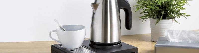 Le plateau de courtoisie est un petit équipement qui fait toute la différence dans votre chambre d'hôtel. Il s'agit d'une attention délicate et chaleureuse à destination de vos visiteurs. En effet, le plateau de courtoisie vous permet de proposer tout le nécessaire pour permettre aux clients de se faire un thé, un café, et même de mettre quelques biscuits ou autres gourmandises à disposition.