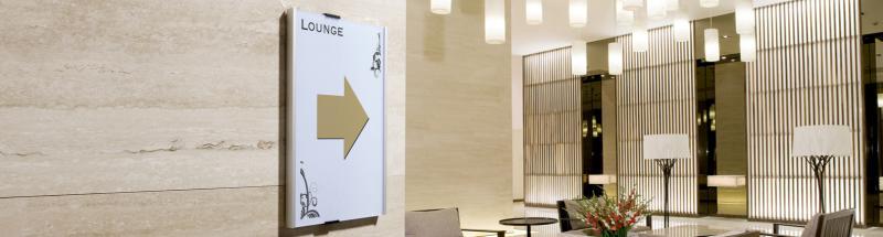 Une signalétique claire dans votre hôtel permet d'optimiser l'expérience client en évitant toute confusion et perte de temps dans tous vos espaces.<br />Pour se faire, nous vous proposons tout le nécessaire pour un affichage adapté à chacun : signalisation et affichages obligatoires (tarif, bar, salle de bain), plaques de porte de chambre, chevalets, présentoirs ou encore cadres informatifs. Tous nos modèles de plaques murales et cadres d'affichage sont personnalisables et ajustables en fonction de vos besoins. L'option braille et relief est possible sur certains modèles. Nous disposons également d'autocollants et chevalets non-fumeur et non-vapoteur à disposer dans vos chambres, salles de bains, salons, restaurant ou encore les zones réservées à vos employés.